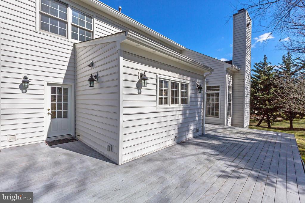 Decking off kitchen - 11911 CRAYTON CT, HERNDON