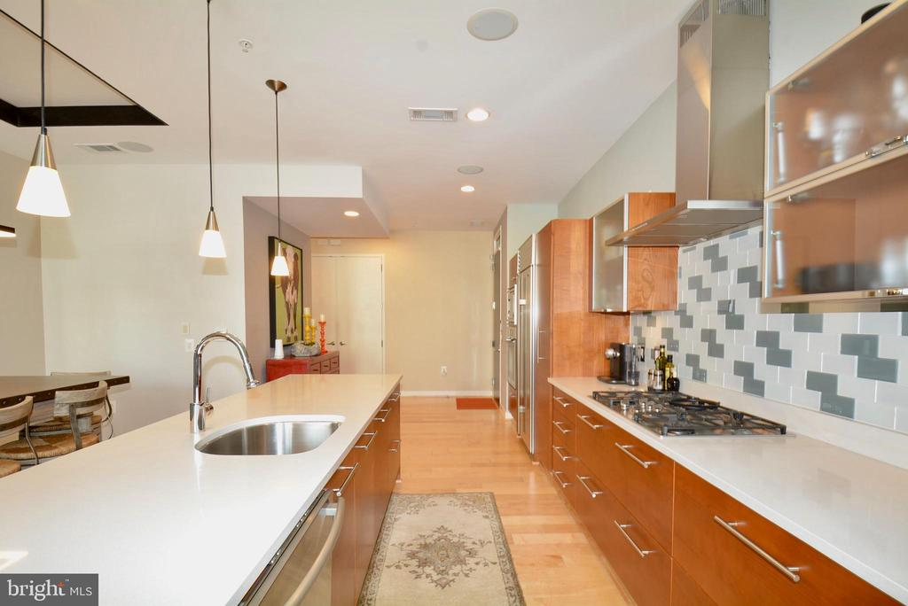 Center island, gas cook top - 12025 NEW DOMINION PKWY #G101, RESTON