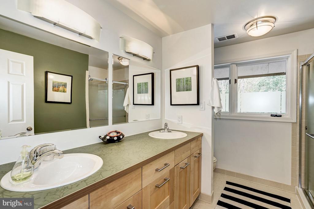 Upper Level Shared Bathroom - 5322 BLACK OAK DR, FAIRFAX