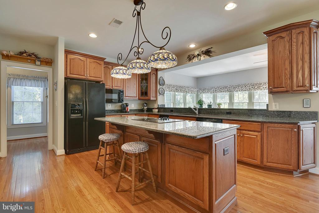 Amazing kitchen with center island and table space - 38961 SHIRE MEADOW LN, HAMILTON