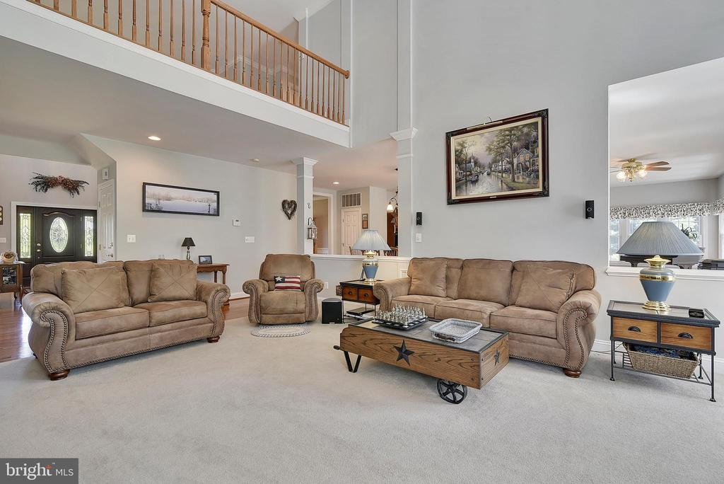 The family room is perfect for entertaining! - 38961 SHIRE MEADOW LN, HAMILTON