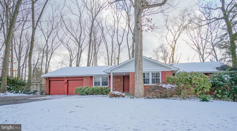 Maison unifamiliale pour l Vente à 11 FOREST Lane Ewing, New Jersey 08628 États-UnisDans/Autour: Ewing Township