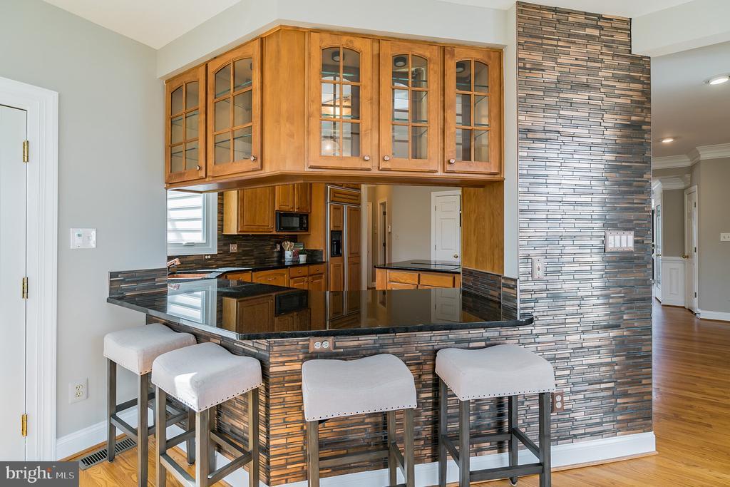 Custom kitchen bar, glass door cabinets - 20440 SWAN CREEK CT, STERLING