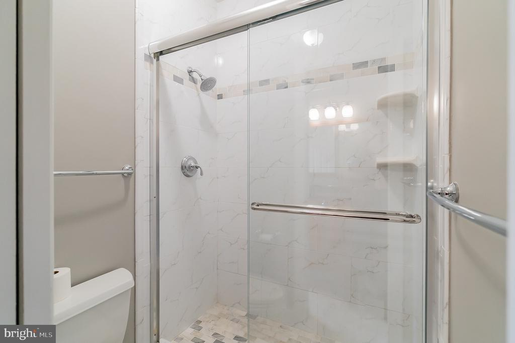 Private enclosed shower & toilet, upper hall bath - 20440 SWAN CREEK CT, STERLING