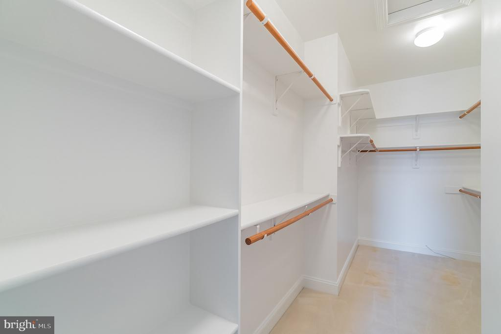 Large walk in closet in master suite - 20440 SWAN CREEK CT, STERLING