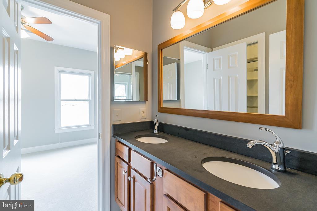 Upper hall bath with dual vanities - 20440 SWAN CREEK CT, STERLING
