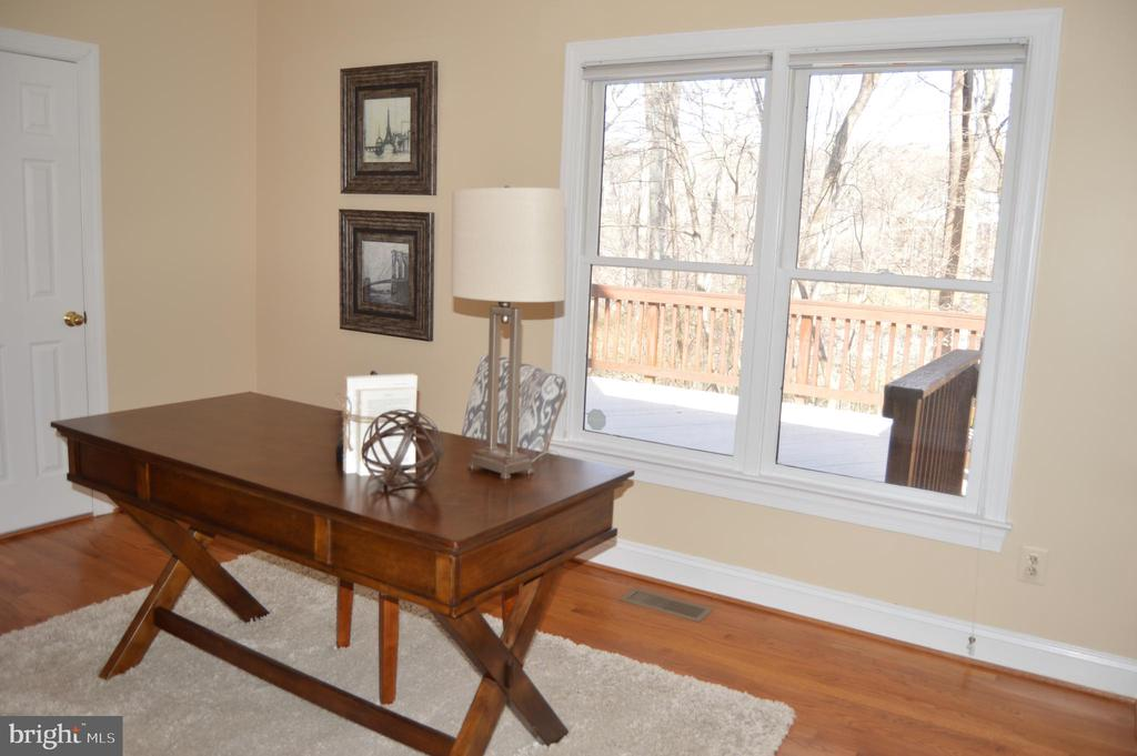 Main level office or bdrm w/full bath entry - 20440 SWAN CREEK CT, STERLING