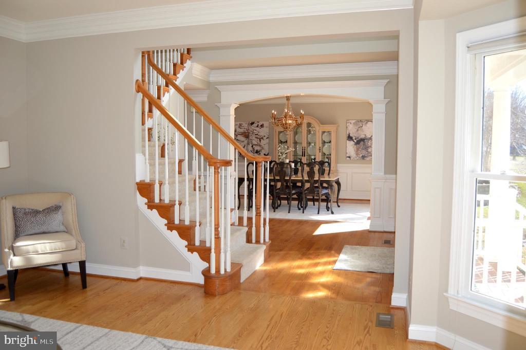 Oak staircase, custom moldings - 20440 SWAN CREEK CT, STERLING