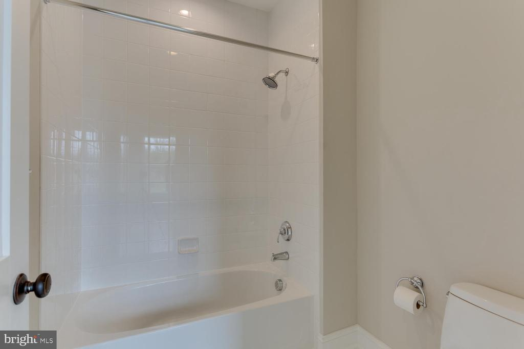 Shared Full Bath - 2809 ROSEMARY LN, FALLS CHURCH