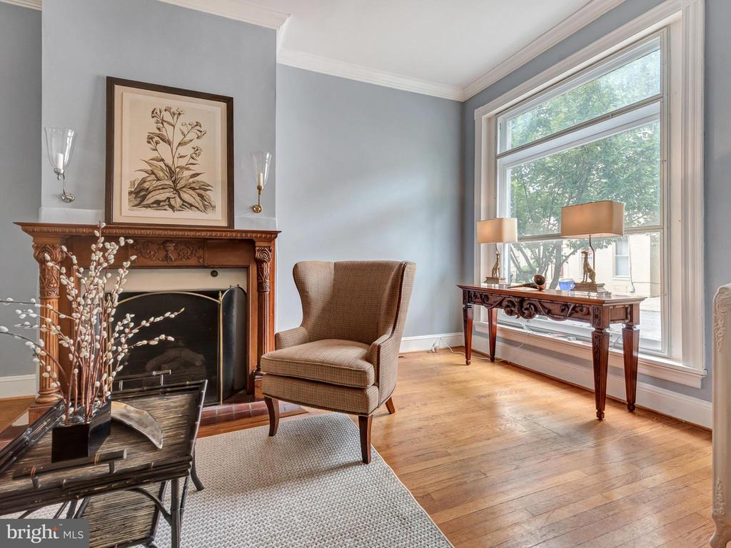 Living room with large picture windows! - 30 E 3RD ST E, FREDERICK