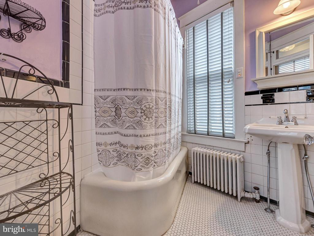 Full bath with original features. - 30 E 3RD ST E, FREDERICK