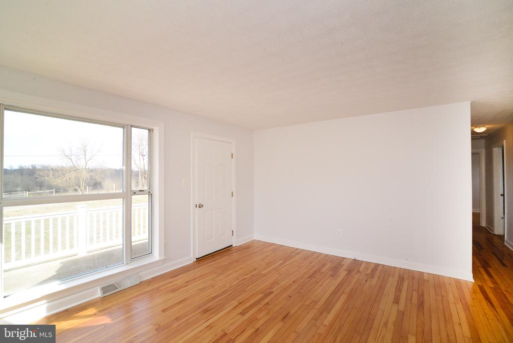 Family Room with Large Window out to Pastures - 918 WADESVILLE RD, BERRYVILLE
