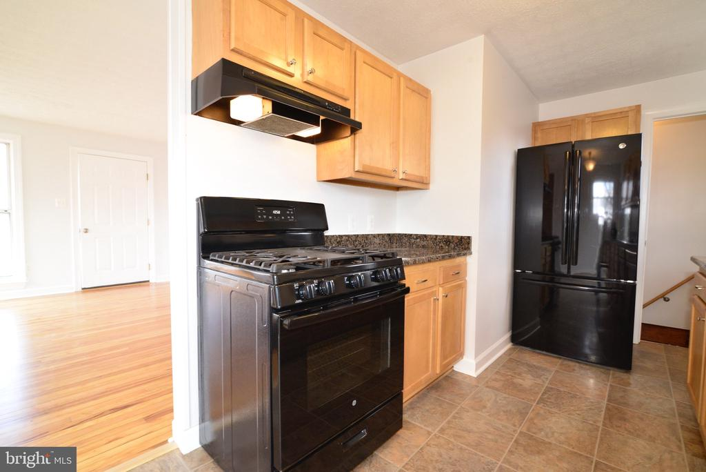 Range and Refrigerator - 918 WADESVILLE RD, BERRYVILLE