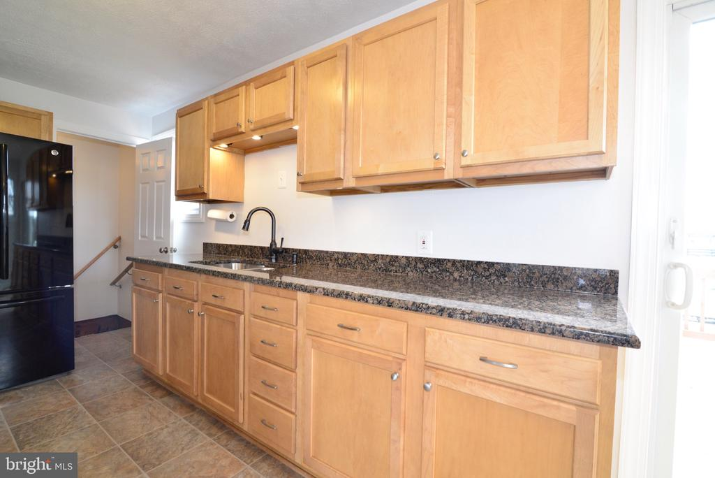 Maple Cabinets and Granite view - 918 WADESVILLE RD, BERRYVILLE