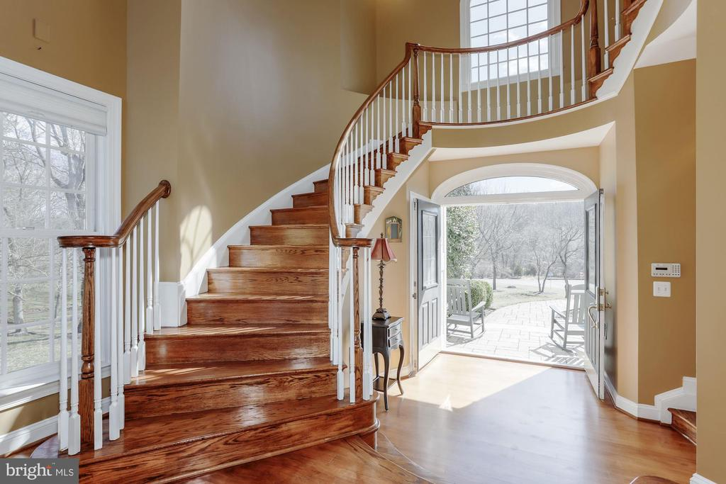 Lighted art niches are on top of the landing. - 13300 IVAKOTA FARM RD, CLIFTON
