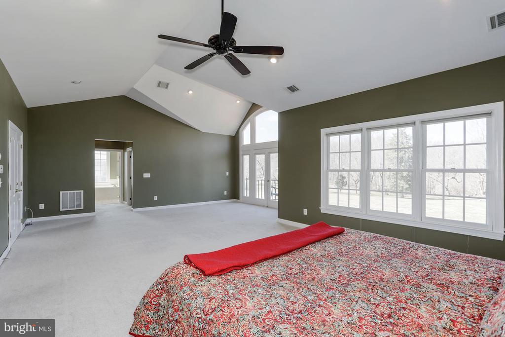Large sitting room area with flows to a deck. - 13300 IVAKOTA FARM RD, CLIFTON