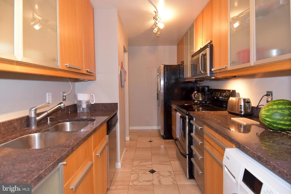Tidy and efficient kitchen space - 1530 KEY BLVD #131, ARLINGTON