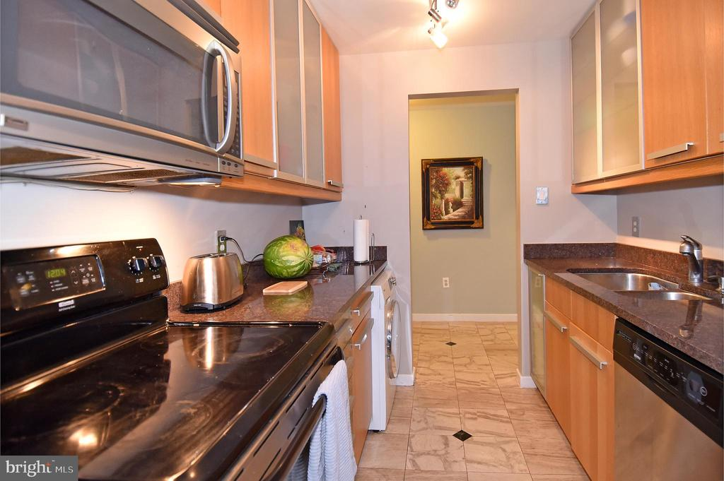 Modern, clean-lined kitchen - 1530 KEY BLVD #131, ARLINGTON