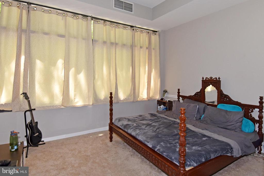 Spacious master bedroom with high ceilings - 1530 KEY BLVD #131, ARLINGTON