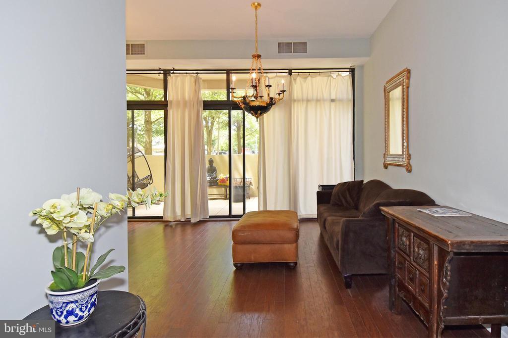 Elegant, bright living area - 1530 KEY BLVD #131, ARLINGTON