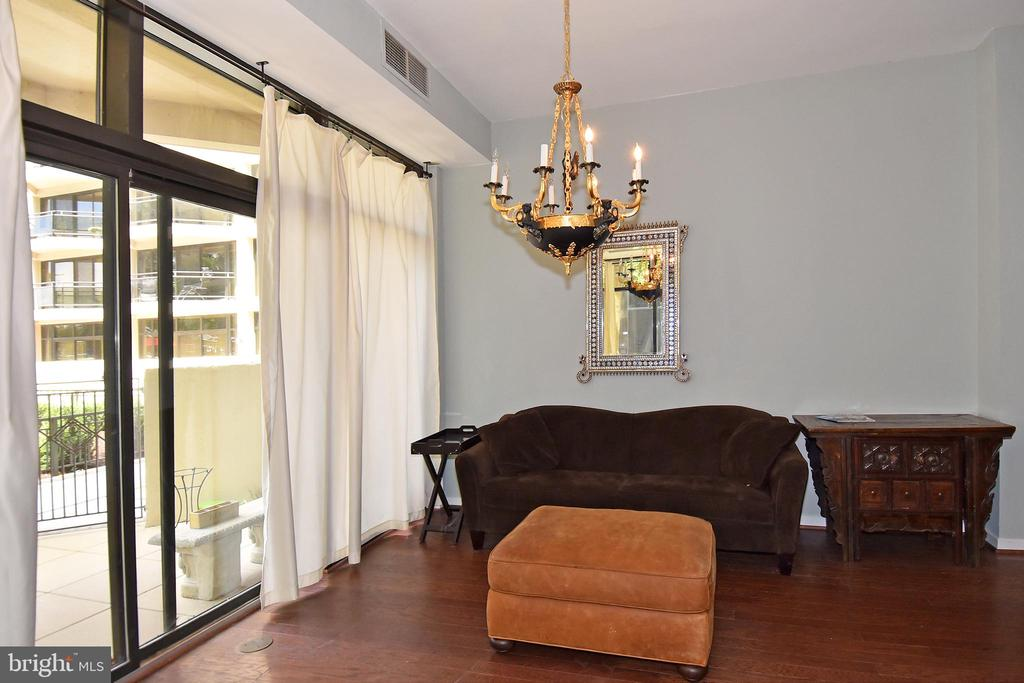 Overlook your private patio from the LR - 1530 KEY BLVD #131, ARLINGTON