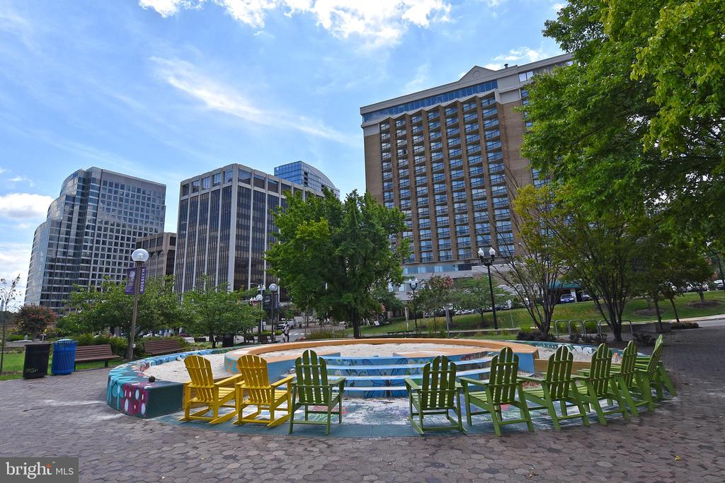 Enjoy the seating outdoors - 1530 KEY BLVD #131, ARLINGTON