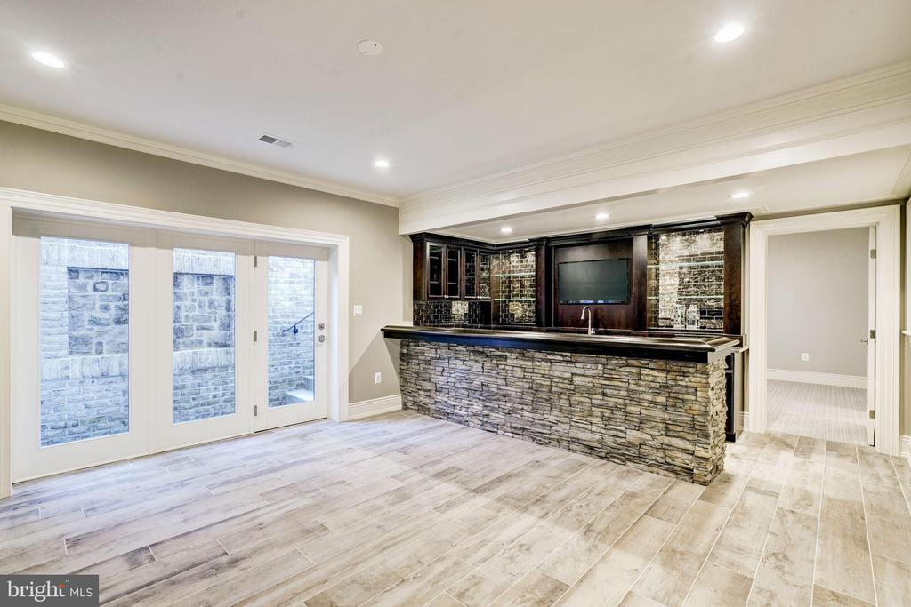 Lower Level Club Room w/ Wet Bar and Gas Fireplace - 3200 N ABINGDON ST, ARLINGTON