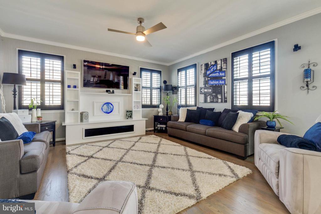 Spacious Family Room with Built-ins - 41957 DONNINGTON PL, ASHBURN
