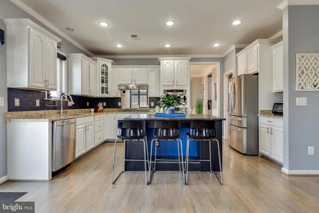 Upgraded Kitchen With Stainless Steel Appliances - 41957 DONNINGTON PL, ASHBURN