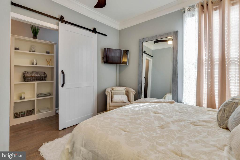 Main Level Bedroom with Barn Door to Full Bath - 41957 DONNINGTON PL, ASHBURN