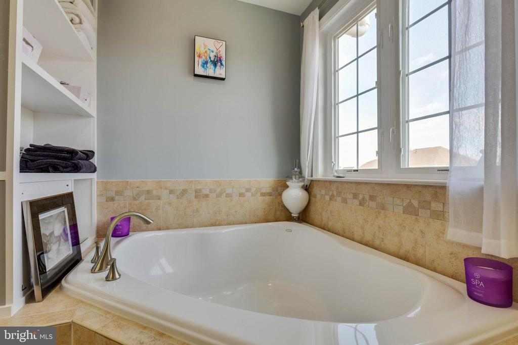 Soaking Tub with Built-ins - 41957 DONNINGTON PL, ASHBURN