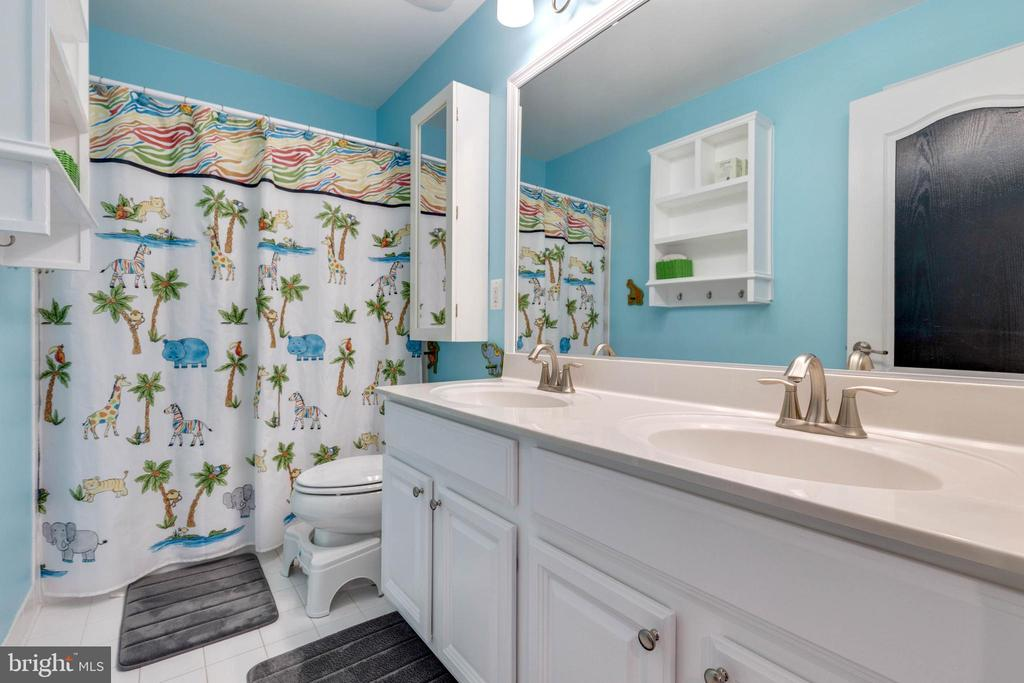 Upper Level Full Bathroom - 41957 DONNINGTON PL, ASHBURN
