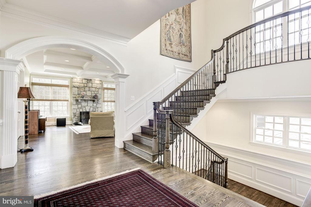 Rear Foyer View to Family Room and Stairway to LL - 6924 RIVER OAKS DR, MCLEAN