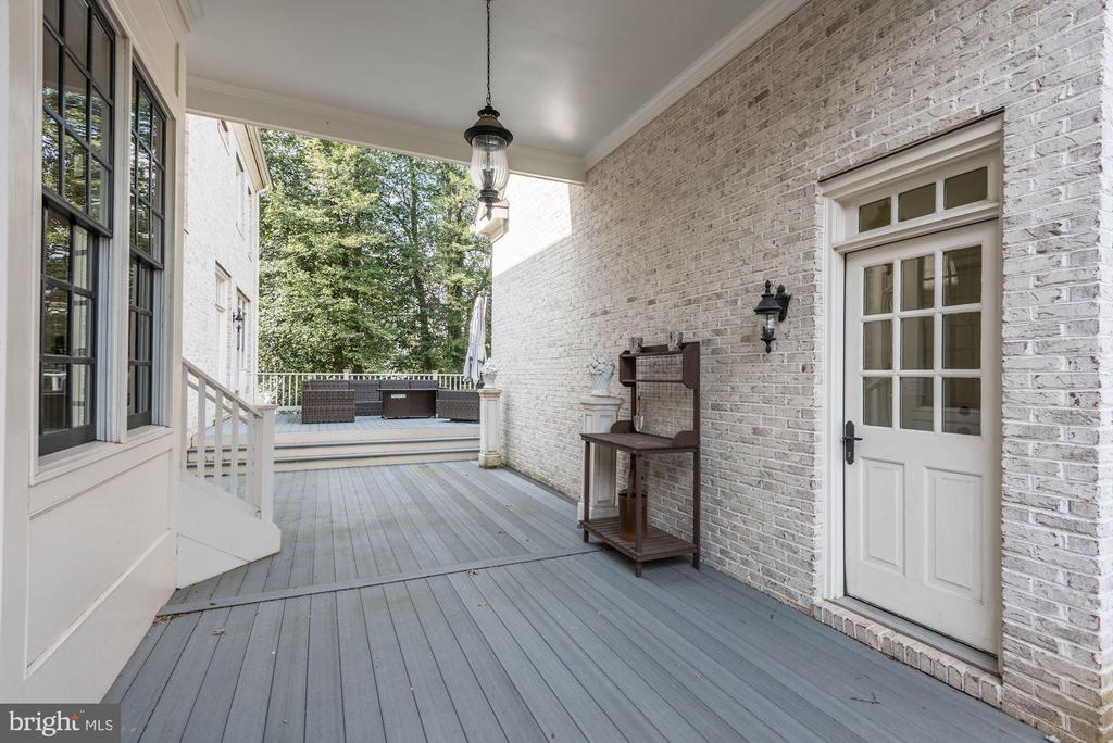 Covered Breezeway between Garage and Mudroom - 6924 RIVER OAKS DR, MCLEAN