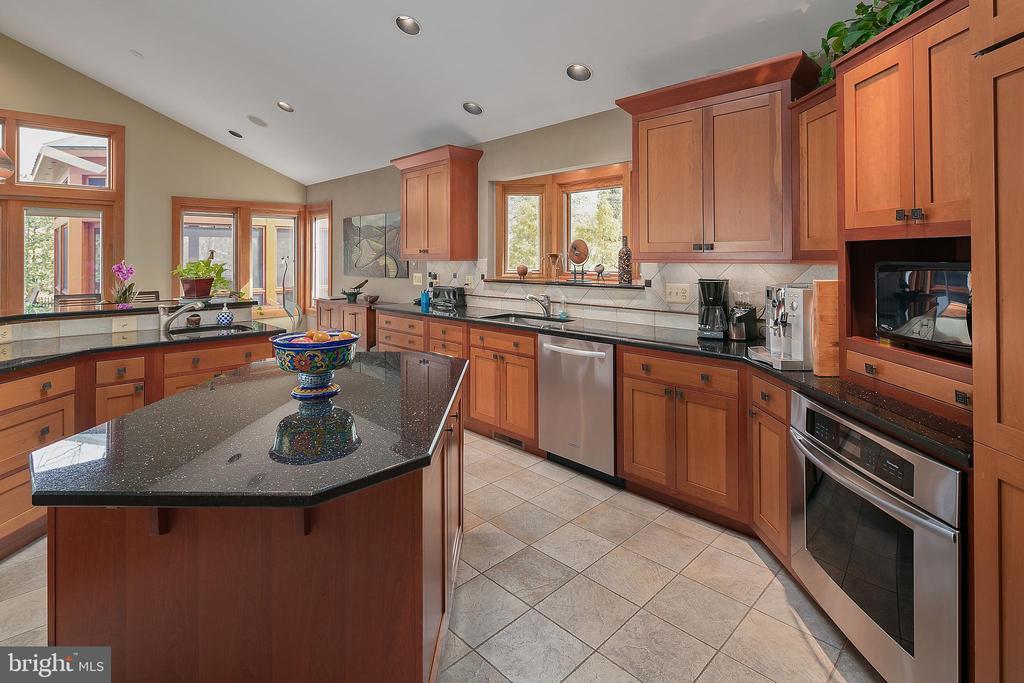 Gourmet Kitchen - 6201 POINDEXTER LN, NORTH BETHESDA