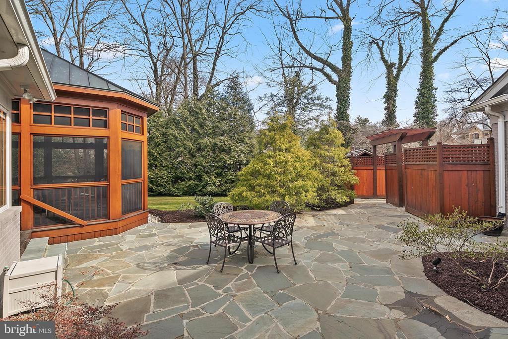 Back Patio w/Screened in Cedar Porch - 6201 POINDEXTER LN, NORTH BETHESDA