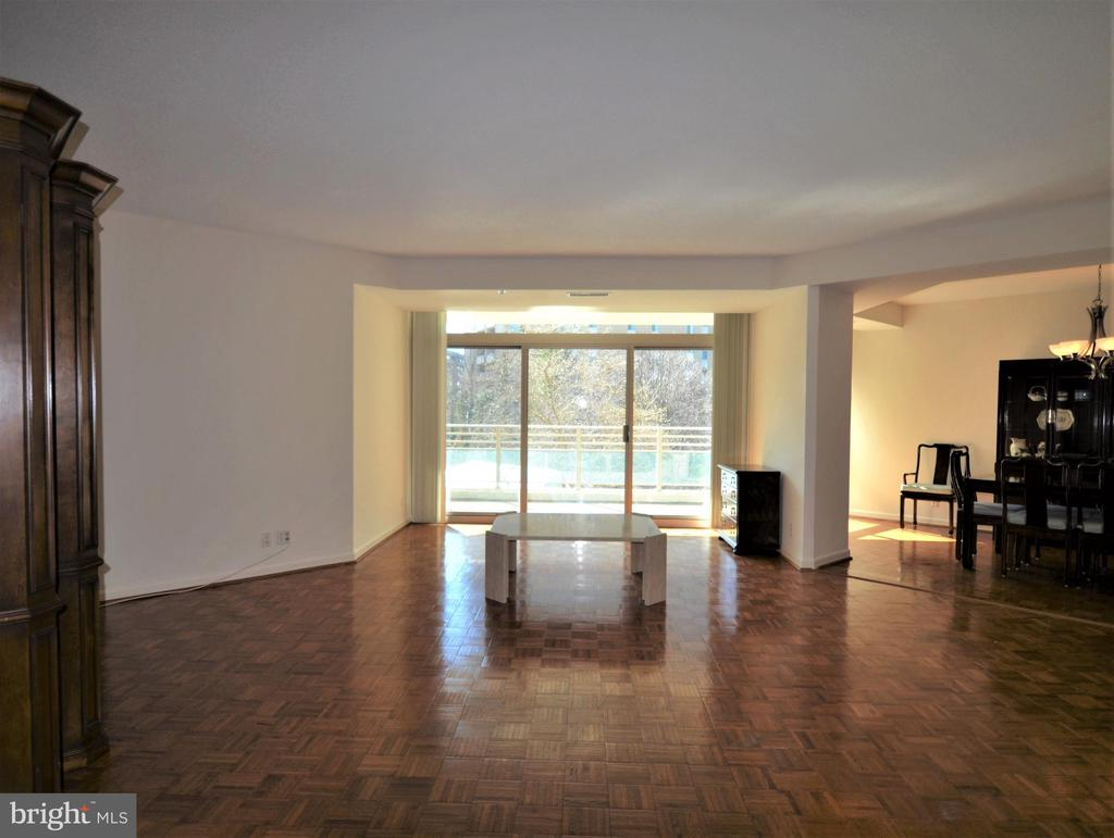 Spacious living room w/ sliding door to balcony - 5610 WISCONSIN AVE #406, CHEVY CHASE