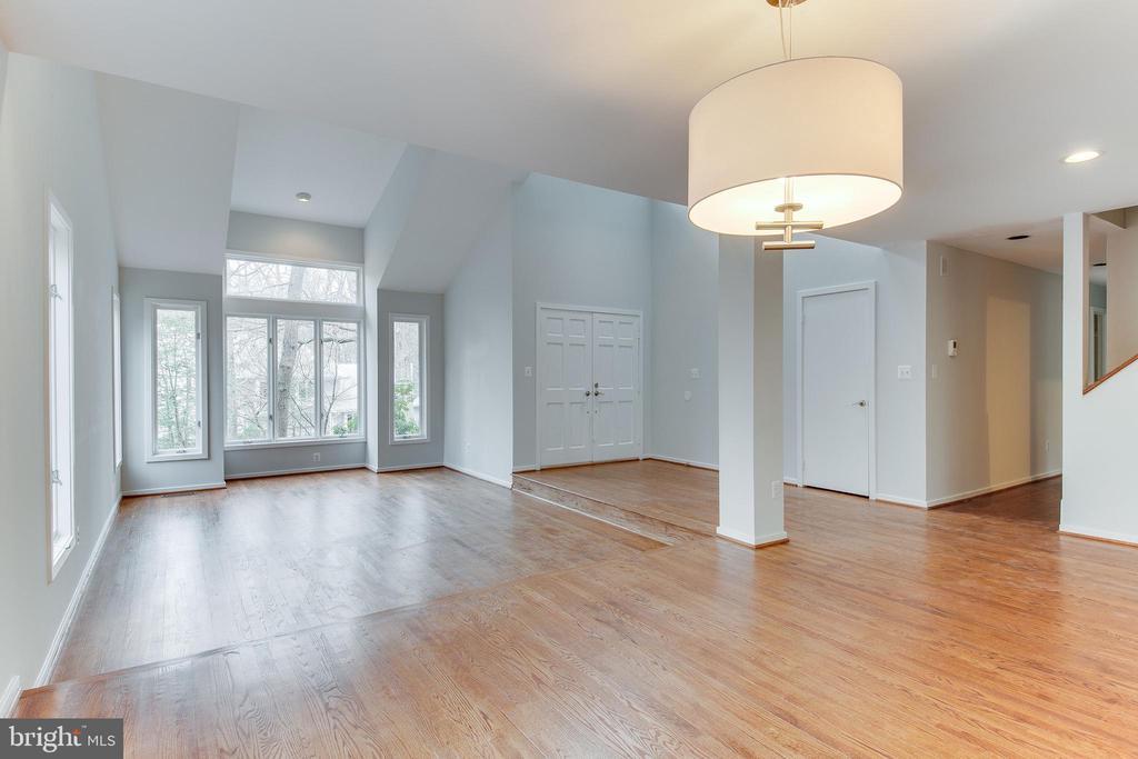 Dining Room over looking Living Room - 1505 N VILLAGE RD, RESTON
