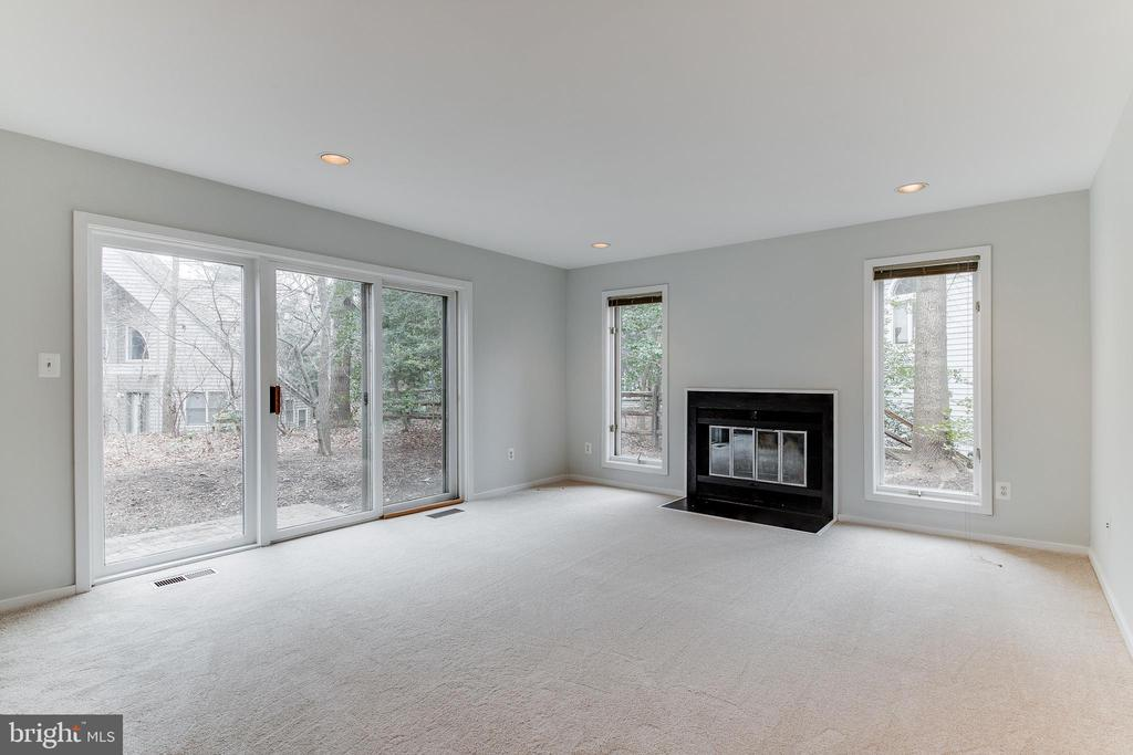 Large Family Room with Fireplace - 1505 N VILLAGE RD, RESTON