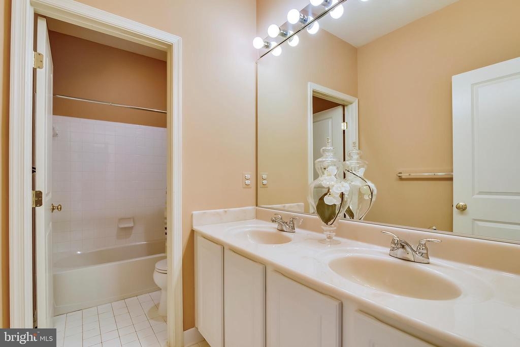Upper level main bath - 12305 COLUMBIA SPRINGS WAY, BRISTOW