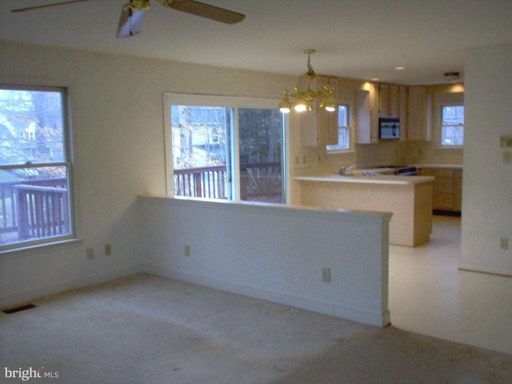 Family room combines w/breakfast area/kitchen - 5105 QUEENSBURY CIR, FREDERICKSBURG