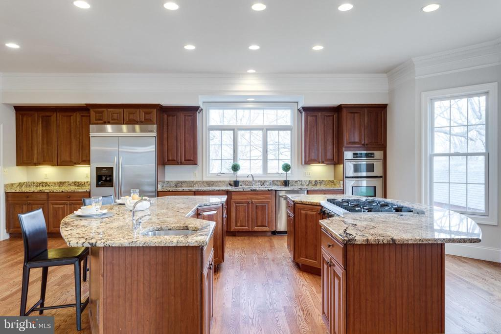 Dual islands offer plenty of space for cooking! - 1847 HUNTER MILL RD, VIENNA