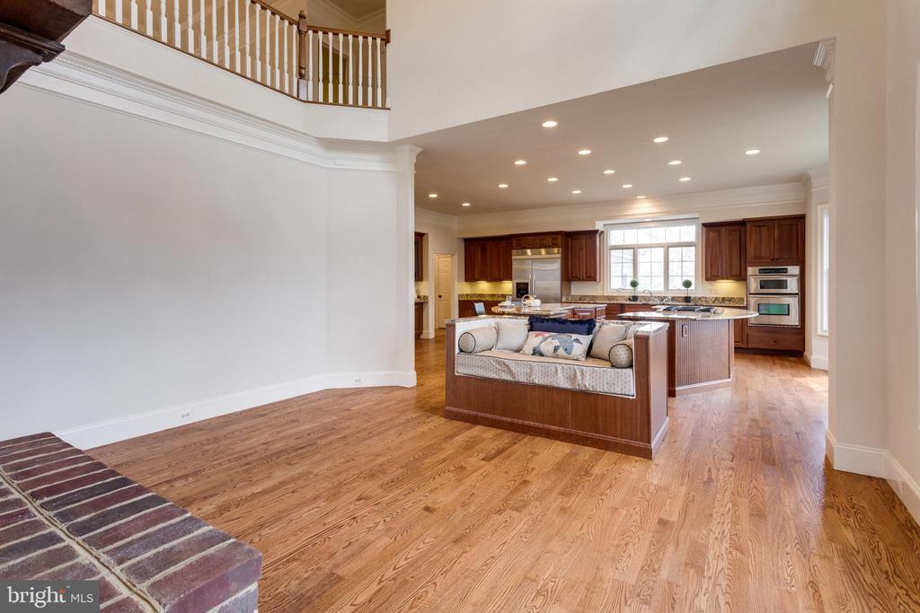 Breakfast room has ample space for a kitchen table - 1847 HUNTER MILL RD, VIENNA