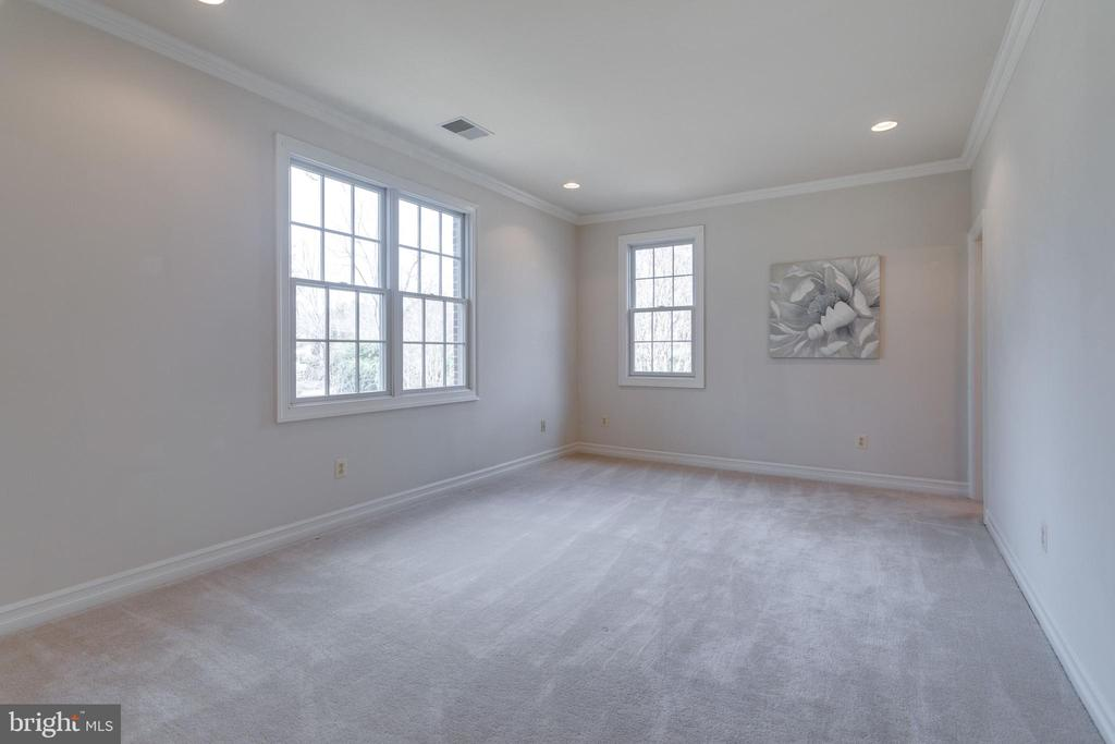 4th bedroom w/ tons of light and buddy bath - 1847 HUNTER MILL RD, VIENNA