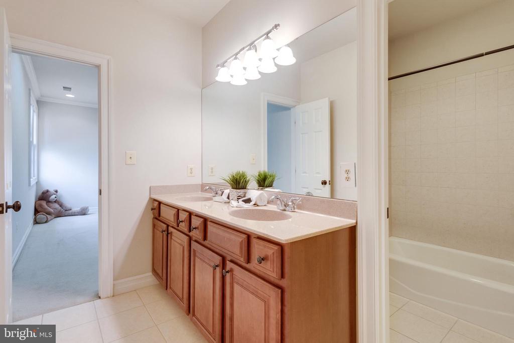 Buddy bath 2 sink & separate shower/toilet room. - 1847 HUNTER MILL RD, VIENNA