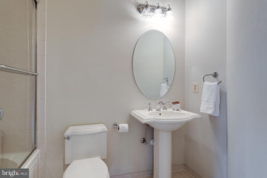 En-suite bath - 1847 HUNTER MILL RD, VIENNA