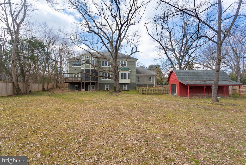 Level backyard - perfect for pool or yard games - 1847 HUNTER MILL RD, VIENNA