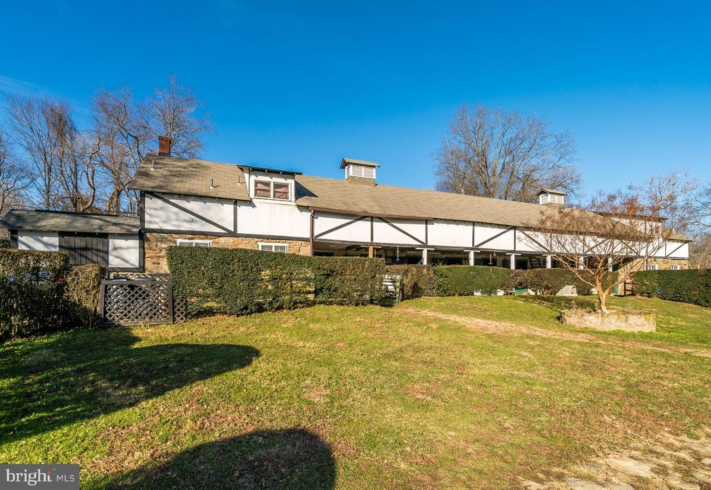 Barn with 2 apartments - 36042 JOHN MOSBY HWY, MIDDLEBURG