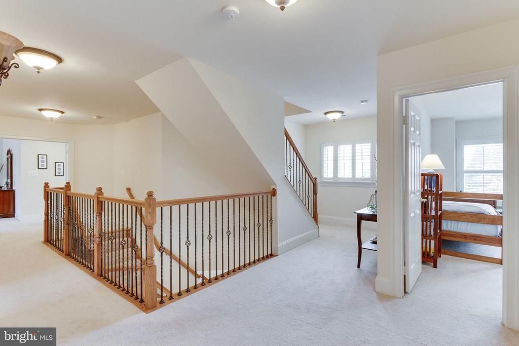 Spacious upstairs hallway - 6397 GAYFIELDS RD, ALEXANDRIA