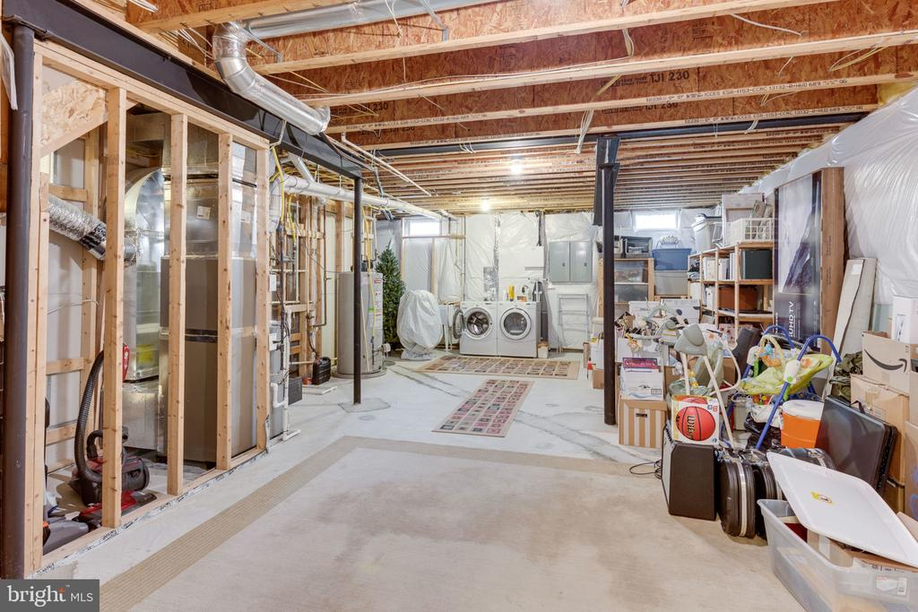 Huge storage area with ADDITIONAL laundry! - 6397 GAYFIELDS RD, ALEXANDRIA